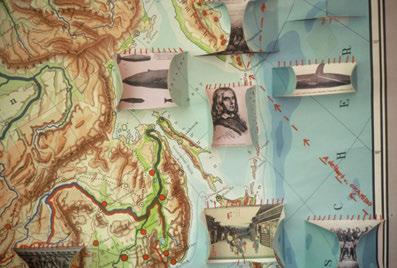 Landkartenobjekt mit Zeichnungen und applizierten Postkarten. Floating Food, 2011. © Ulrike Ottinger