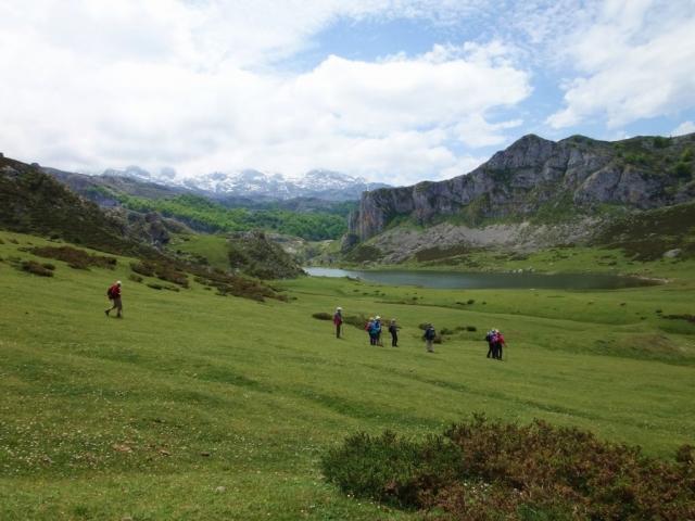 """Die Umgebung dieses Ausschnitts vom Nationalpark """"Picos de Europa"""" wird geprägt durch Almweiden und den ehemaligen Gletscher-Stausee """"La Ercina"""", der zu  Bergbauzwecken (""""Minas de Bufferera"""") zusätzlich angestaut wurde."""